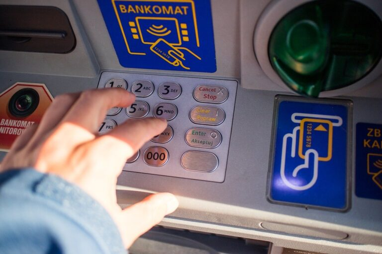 Co trzeci Polak co najmniej raz w miesiącu odwiedza bank