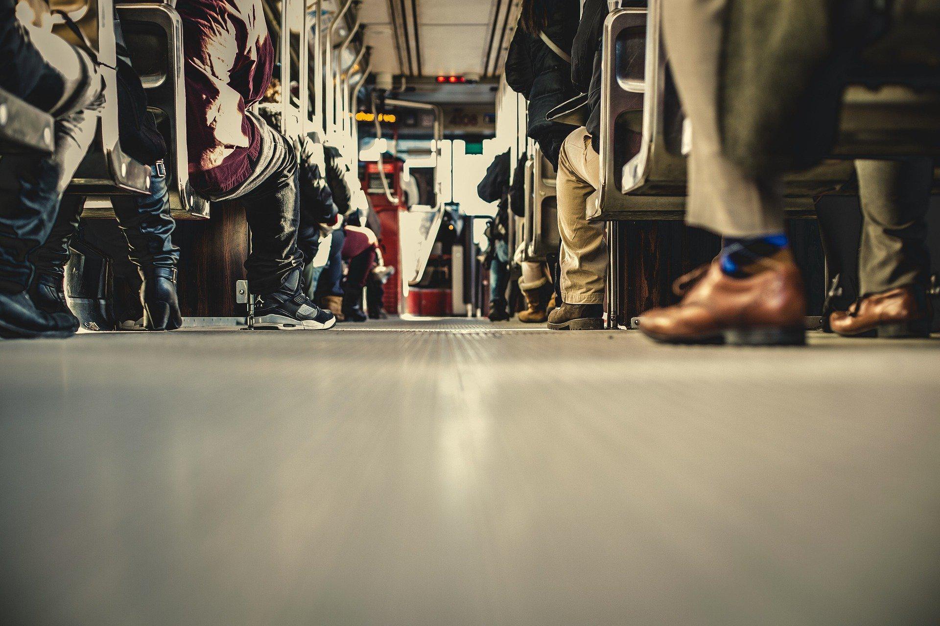 Komunikacja miejska a dojazd do pracy. Komu się opłaca?