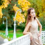 Modne stylizacje kobiece na jesień – sukienki i spódnice w roli głównej